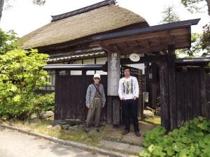コンサートが終わった翌日、旧庄屋・佐藤家へを訪れた有馬さんと藤しんいちろう氏。